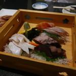大森個室居酒屋 名古屋料理とお酒 なごや香 - 鰤、鰹のたたき、サーモンの盛合せ