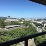 熟成肉と手作りソーセージの旨安ワイン酒場炭焼グリル 孫三郎 - 熊本市役所の最上階から熊本城を望む