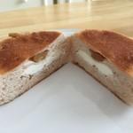 麦彩 - くるみとクリームチーズのオレの断面