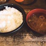 焼肉問屋 半蔵 - ご飯と味噌汁 味噌汁旨し!