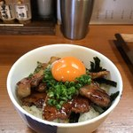 麺屋 猪一 - 蒲焼ちゃーしゅー丼の卵黄乗せ