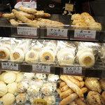 小麦と酵母 満 - ショーケースには美味しそうなパンがいっぱい!おやきのようなパンが気になります(笑)