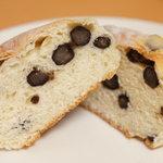 小麦と酵母 満 - 豆大福のパン版?(笑)ふっくらした生地に、ちょっぴり塩味のついた甘い豆がごろごろ練りこんであります★