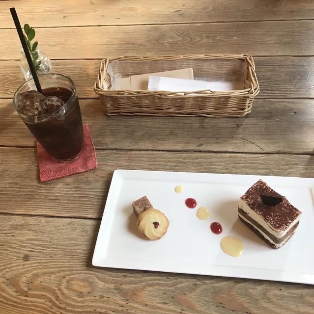 パ・ドゥ・ドゥ洋菓子店 - アイスコーヒーとティラミス。 税込1005円。 美味し。