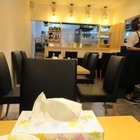ニクスイハヤト-お店はカウンターとテーブル席、まだ11時過ぎで席に余裕があったので2人掛けの席に座らせていただいて食事です。