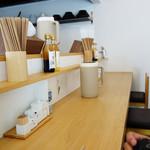 濃厚担担麺 博多 昊 - 店内はカウンター6席のみです。