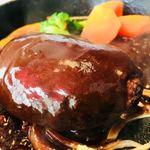 キッチン櫻庭 - デミグラスソースをかけると鉄板がジュージュー!