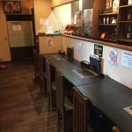 焼肉小僧 - 店内のカウンター、他にもテーブル席あります