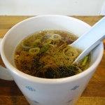 八屋 - あぶらラーメンについてくるスープ