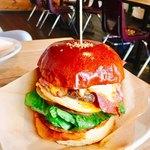 チンズバーガーマーケット - チンズ(チェダーチーズ、ゴーダチーズ、ベーコン)1,250円 エッグ追加 100円