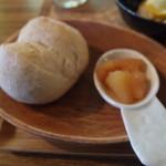カフェ ハチス - (4)自家製パン