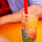 スイーツパラダイス - レインボーソーダのグラス口には砂糖が。
