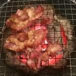 ホルモン 長岡 - ツラミを焼くとモコモコと膨れてきます
