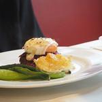 サン・ル・スー - 牛肉のカイエット(牛肉のハンバーグふう) 温泉卵添え