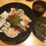 藤もと - 小鉢と赤出汁付き、海鮮炙り丼ランチ税込み850円