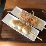 たこ右衛門・箱根ビールバー - たこ焼き串、梅ソース(手前)オーロラソース(奥)