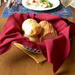風 - 焼きたてのパンは、ワインレッドの布でおめかし。かなりの量に見えましたが、美味しくて難なく完食♪