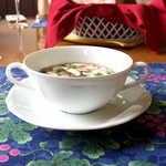 風 - シンプルなスープカップで提供。三つ葉に刻みねぎも入り、なんだかほっとする和風の味