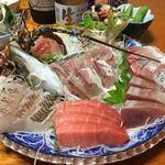 金目鯛と漁師料理の宿くろえむ荘 - 料理写真:お刺身盛り  2k増しのおひとり様分 伊勢海老 栄螺もラインナップ  ガッツポーズ級