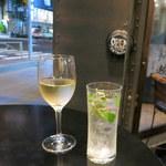 スペインバル・ラバリーカ - 白ワイン(190円)、モヒート(350円)