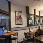 スペインバル・ラバリーカ - 店内 4人席が2つ、2人席が2つ、カウンター、地下もあるみたい