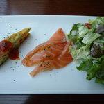 8695832 - オムレツ、スモークサーモン・煮リンゴ、レタス