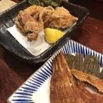 季彩 - 唐揚げ(奥)骨せんべい(手前)
