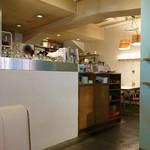 MID ミッドダイニング - 広いキッチン。右半分。