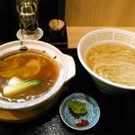 中村麺三郎商店 - 土鍋の蓋を開けてみると、グツグツ煮立っています。塩そばはいつもの中村印の謹製塩らぁ麺葱だけ載せなんでしょう。