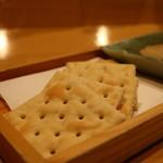 ぬる燗佐藤 - クラッカー
