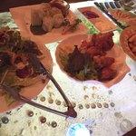 個室×和バル×串焼き ぷくぷく - テーブルが水槽で魚が泳いでます。