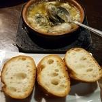 ホルモンバルヤマト - 牡蠣のアヒージョとバケット ニンニクたっぷり