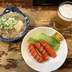 立飲み たきおか - 大瓶ビール410円、煮込み160円、赤ウインナー190円