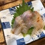 立飲み たきおか - ヒラメの刺身220円、醤油を垂らしかけた後の画像です。