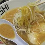 鶏 ソバ カモシ - 麺上げ