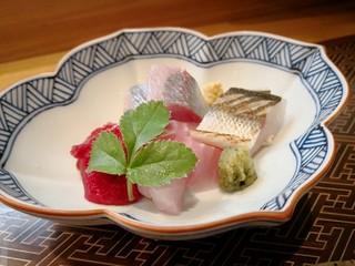 肴とお酒 うを弘 - 刺身盛合せ(アジ、金目鯛、ミンククジラ、カマス焼霜造り)