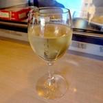 """モンドール - 「ハウスワイン」(グラス、白、380円→280円@ハッピーアワー)。ちなみに、""""スタッフドリンク""""にはハッピーアワーは適用されないようだ。"""