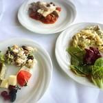 86990242 - 豆とツナのサラダ、しらすとバジルのフリッタータ、サーモンマリネのサラダ仕立て、モッツァレラチーズとトマトのカプレーゼ                       フジッリ サルシッチャのクリームソース、                       本日の豪快鮮魚のカプリチョーザ