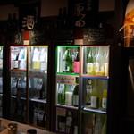 KURAND SAKE MARKET - 日本酒冷蔵庫の横にビール