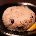 スープカレーと季節野菜ダイニング 彩 - 骨付きチキンの彩スープカレー 1100円 の五穀米