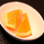 スープカレーと季節野菜ダイニング 彩 - 骨付きチキンの彩スープカレー 1100円 のフルーツ