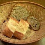 8700327 - 本日のランチ 1000円 のパン