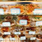 87008901 - ショーウィンドーには沢山の種類の惣菜パンが…迷う(´-`).。oO