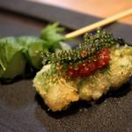 串揚げ 吟音 - 二つの食材が合わさったなんともいえない食感が特徴。大葉と梅ソースの相性が良い一串です。