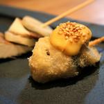 串揚げ 吟音 - 滋賀県の黒アワビタケと新生姜をサンドした串揚げに辛子マヨネーズとゴマでさっぱりとした味わいの夏の一串。