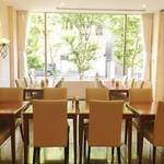 Restaurant Forest Coast - 窓からは緑が見えて広々としています