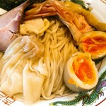 中村麺三郎商店 - つけ麺専用の自家製麺。良く4種類も麺を作りますよね。つけ汁の中には皮も自家製になったワンタンが1個入っていました。味玉は良い固まり具合。