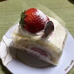 87027511 - 完熟苺のロールケーキ 370円