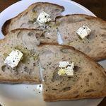 ブレッド&サーカス - 【2018.5.29】全粒粉カンパーニュ1/2¥360 クリームチーズとミル挽きの岩塩とブラックペッパー、仕上げにバージンオイルをかけて。