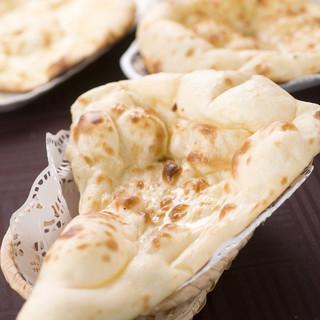 《ふわふわのナン♪》熟練職人が作る手作りナン食べる価値あり!